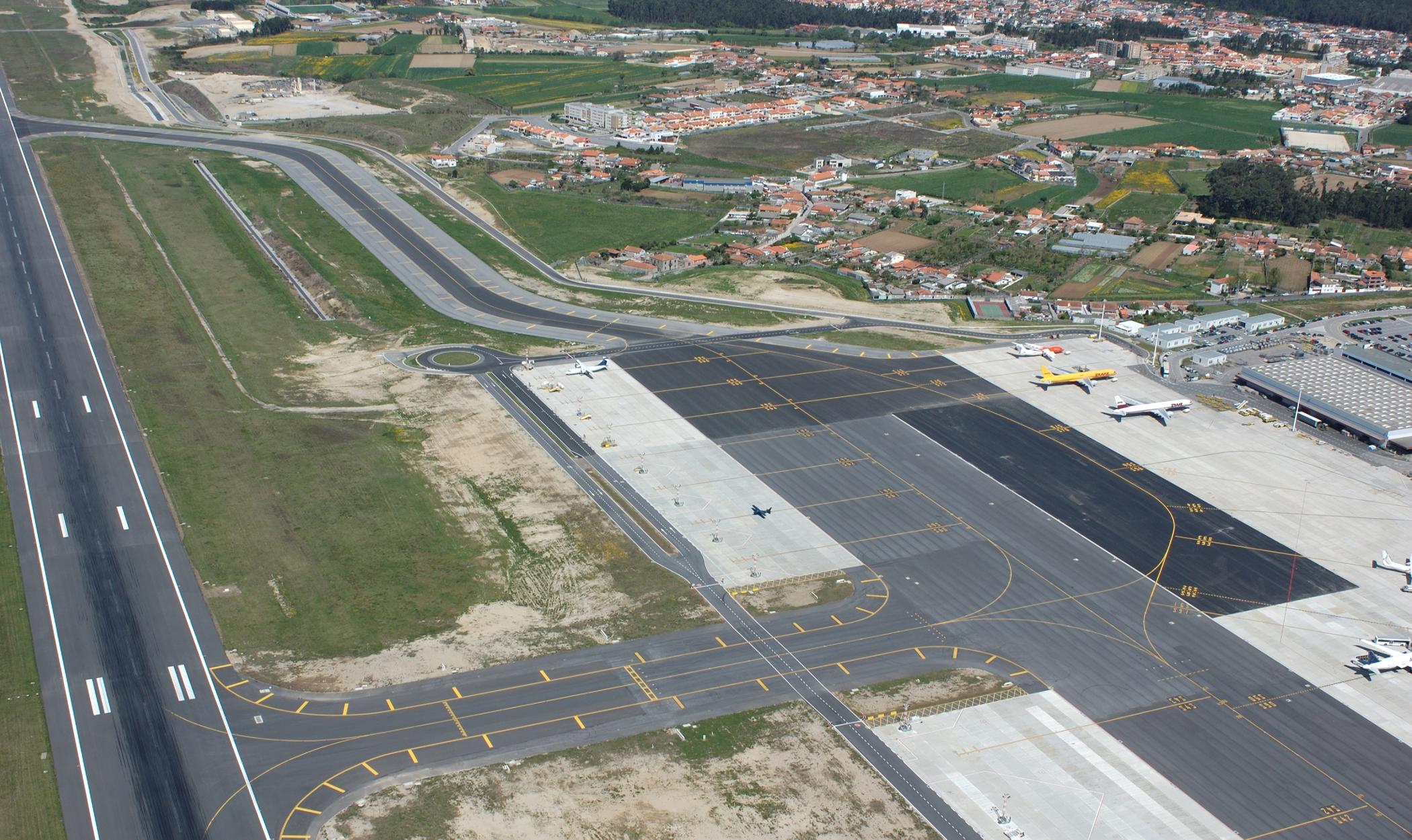 Plataformas e Caminhos de circulação do Aeroporto Sá Carneiro